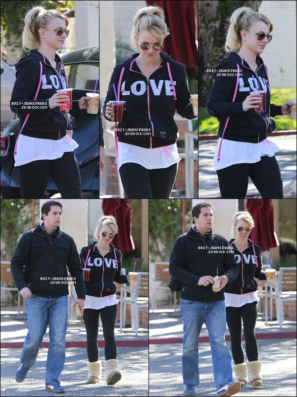 . Britney et son garde du corps se rendaient à Coffee Bean à Calabasas, le 14 janvier. .