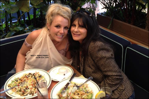 . Britney passait du temps avec sa maman Lynne à Malibu, le 14 février. .
