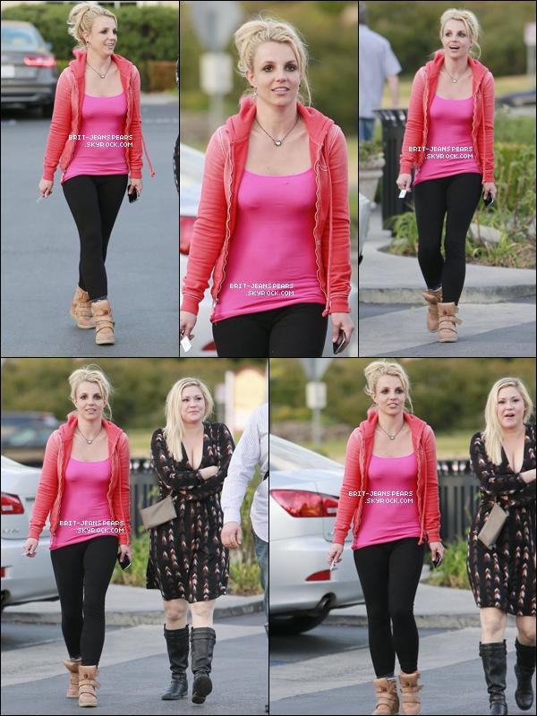 . Britney sortait du restaurant Paul Martin's Grill à Westlake, le 15 février. .