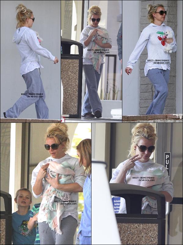 . Britney emmenait son nouveau chien chez le vétérinaire à Los Angeles, le 18 février. .