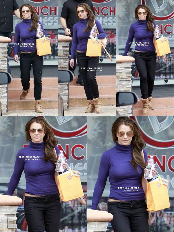 . Britney a été vue sortant d'un salon de beauté de Thousand Oaks, le 07 mars. .