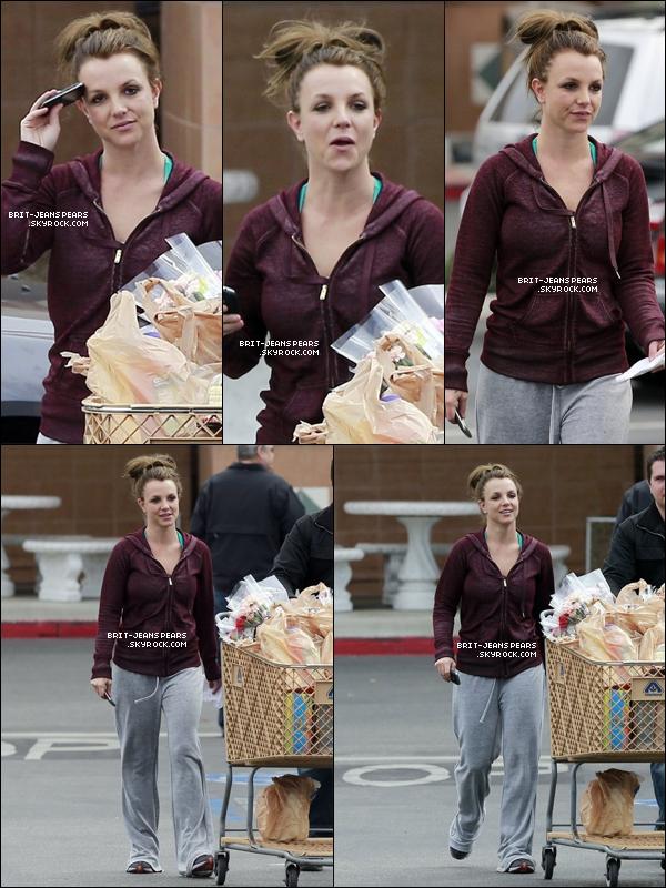 . Britney a été vue achetant des fleurs dans une épicerie de Los Angeles, le 08 mars. .