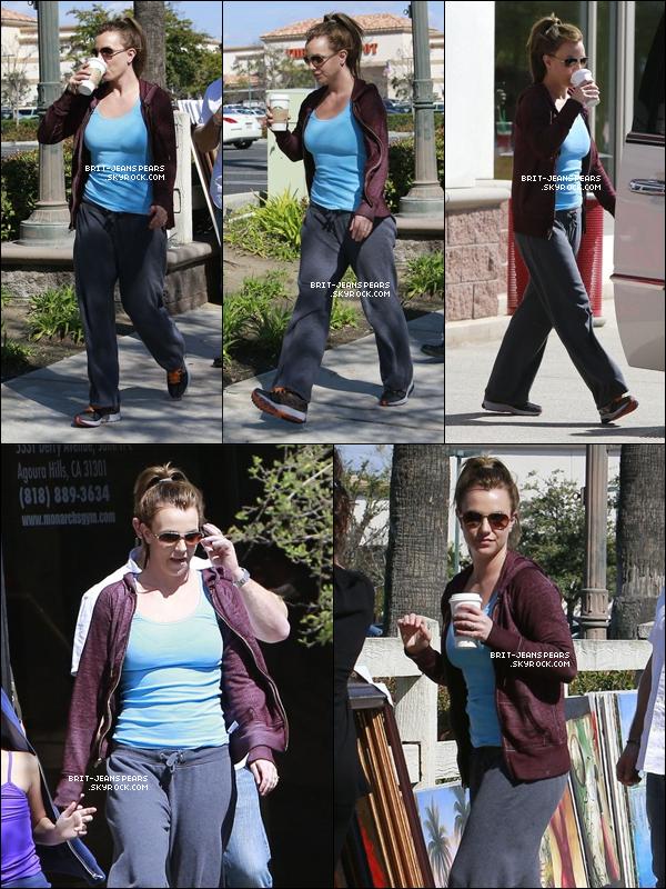 . Britney sortait d'un magasin et achetait un tableau à Thousand Oaks, le 09 mars. .