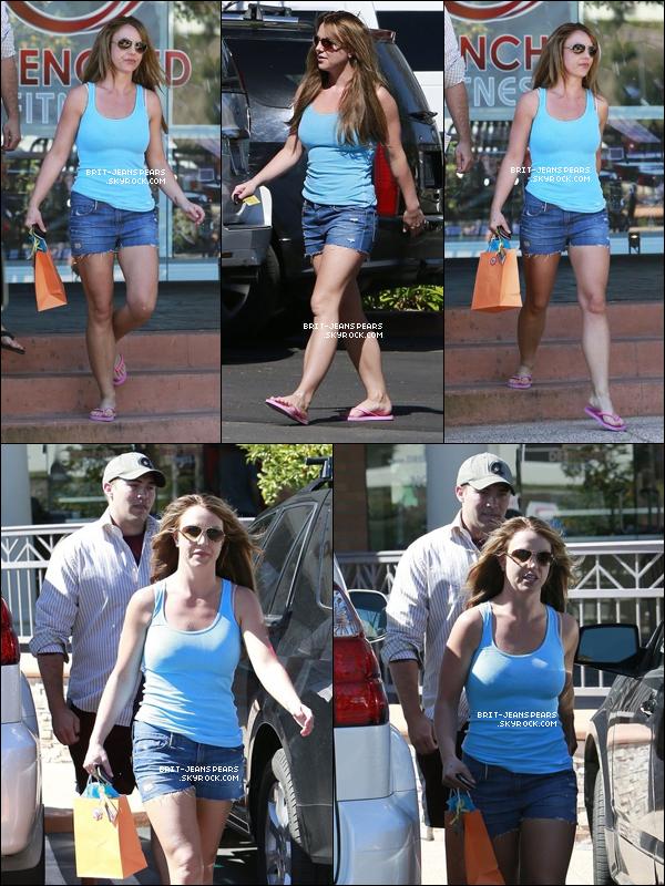 . Britney et David sortaient d'un salon de bronzage de Westlake Village, le 11 mars. .