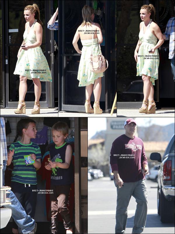 . Brit' et David emmenaient Sean et Jayden à leur cours de gymnastique à LA, le 13 mars. .