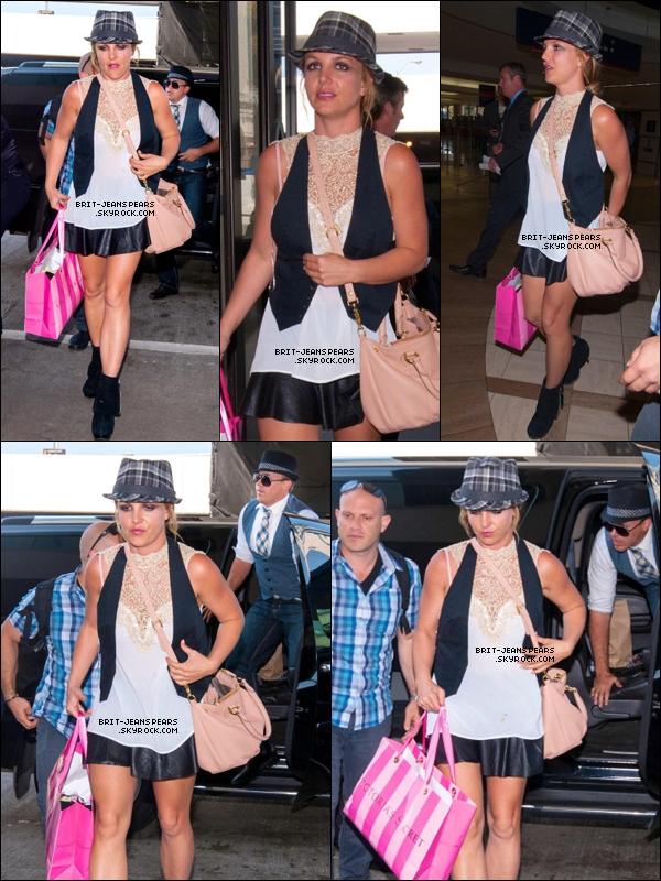 . Britney, son équipe et David ont été vus alors qu'ils quittaient Las Vegas, le 24 mars. .