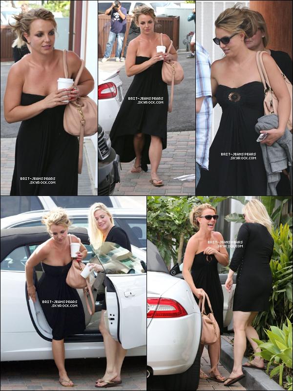 . Britney et une amie allaient déjeuner à Cafe Habana à Malibu, le 25 mars. .