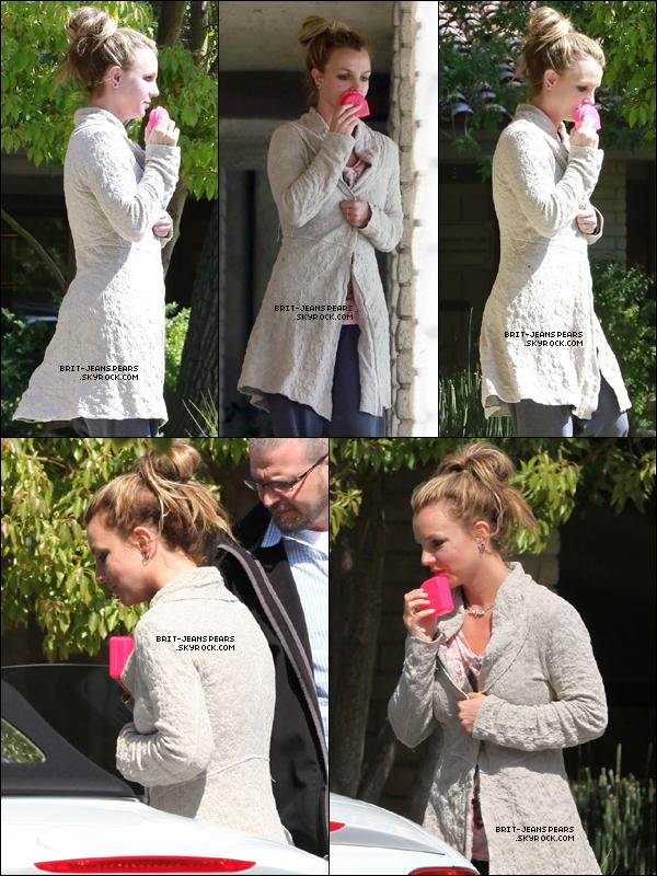 . Britney sortait de son rendez-vous chez le dentiste à Thousand Oaks, le 28 mars. .