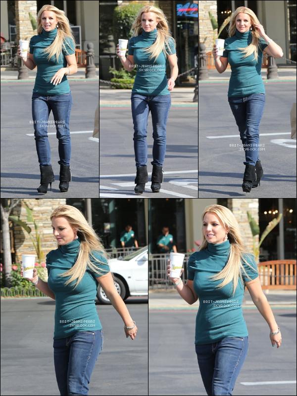 . Britney a été vue déjeunant au Marmelade Cafe de Calabasas, le 24 avril. .