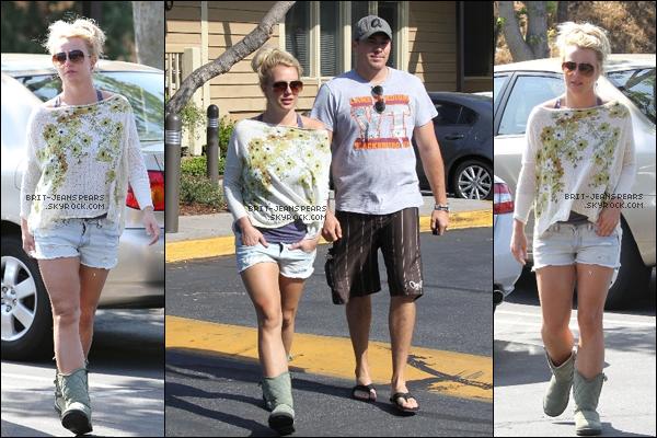 . Britney et David ont été vus venant de prendre leur petit-déjeuner à Westlake, le 09 mai. .