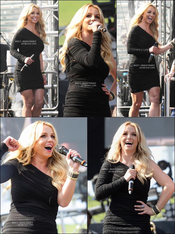 . Britney co-présentait le show du festival en compagnie de Ryan Seacrest, le 11 mai. .