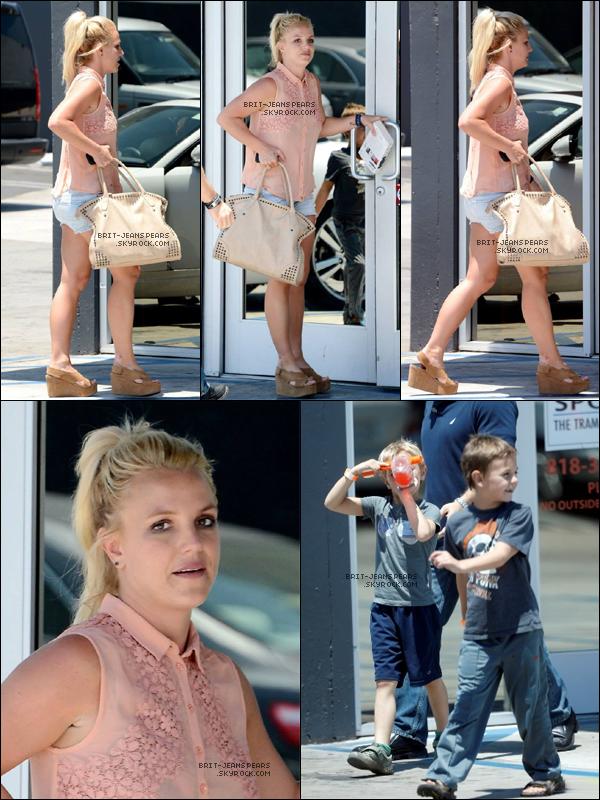 . Britney et ses deux fils se rendaient à Sky High à Woodland Hills, le 06 juillet. .