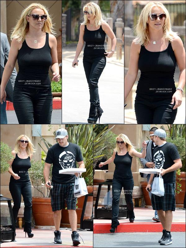 . Britney et David se rendaient déjeuner au Napa Tavern à Westlake, le 22 juillet. .