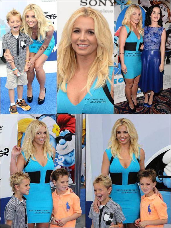 """. Brit' et ses fils étaient à l'avant-première de """"The Smurfs 2"""" à Westwood, le 28 juillet. ."""