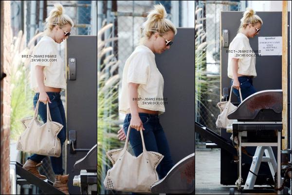 . Britney et David ont été aperçus se promenant dans Thousand Oaks, le 05 août. .