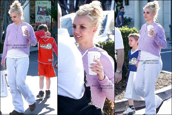 """. Britney et ses fils ont été vus quittant """"Barnes & Noble"""" à Calabasas, le 18 janvier. ."""