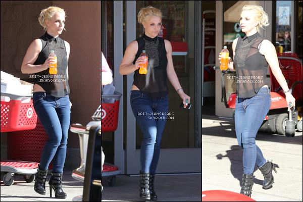 """. Britney a été aperçue dans le supermarché """"Target"""" à Woodland Hills, le 20 janvier. ."""