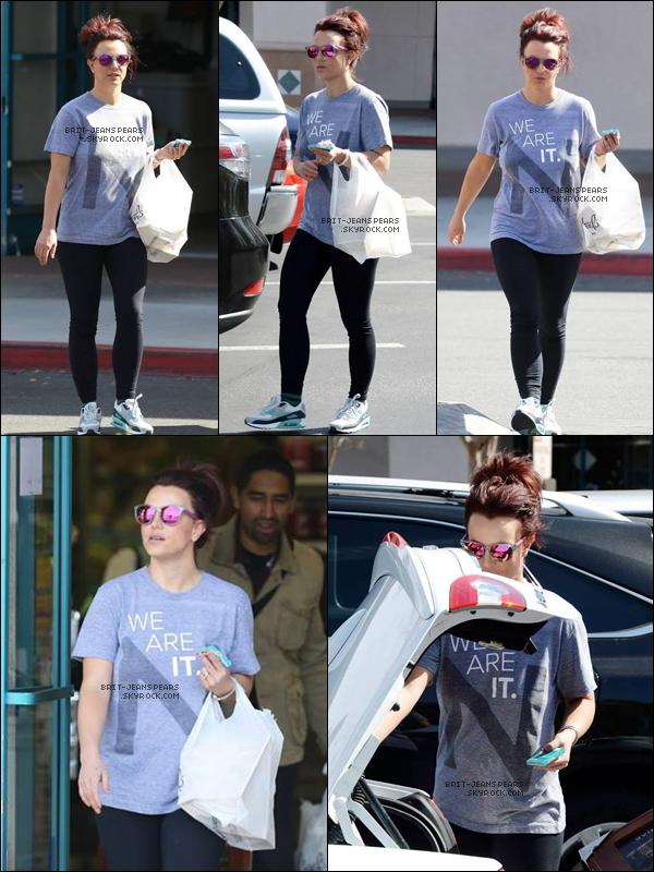 """. Britney a été vue sortant du magasin """"Michaels Craft"""" à Calabasas, le 20 février. ."""