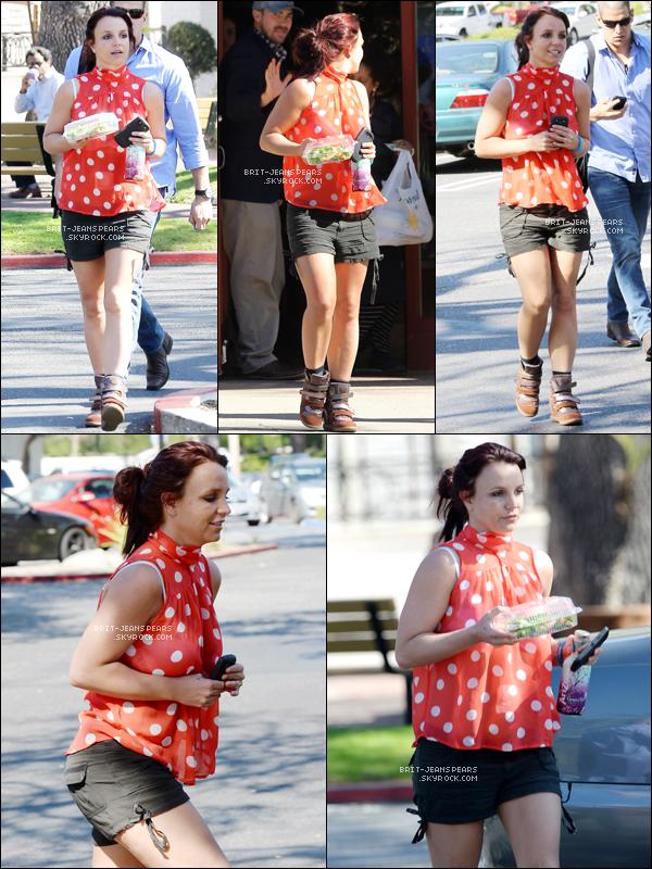 . Britney quittait un restaurant après y avoir acheté une salade à Calabasas, le 25 février. .