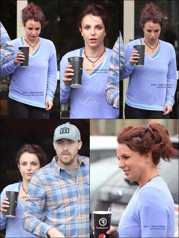 """. Britney et David ont été vus allant s'acheter un café chez """"Freebird"""", le 28 février. ."""