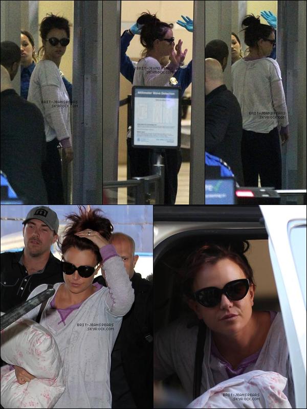 . Britney et sa famille quittaient LA pour se rendre au mariage de sa soeur, le 13 mars. .