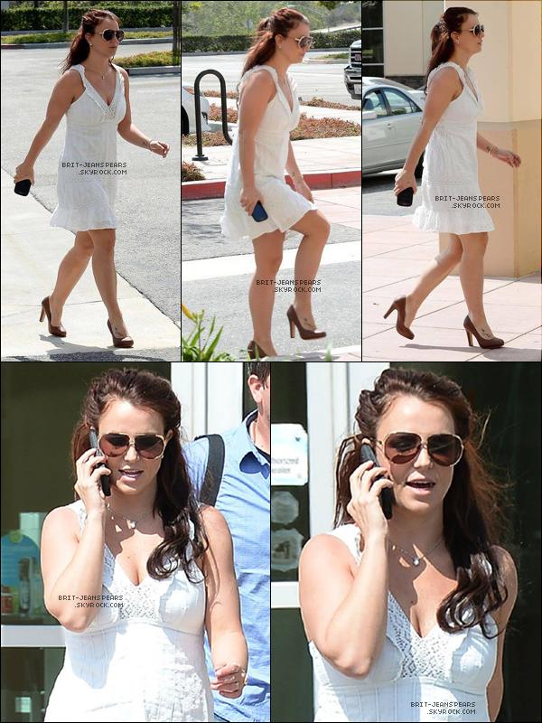 """. Britney se rendait chez """"Warehouse Discount Center"""" à Moorpark, le 21 mars. ."""