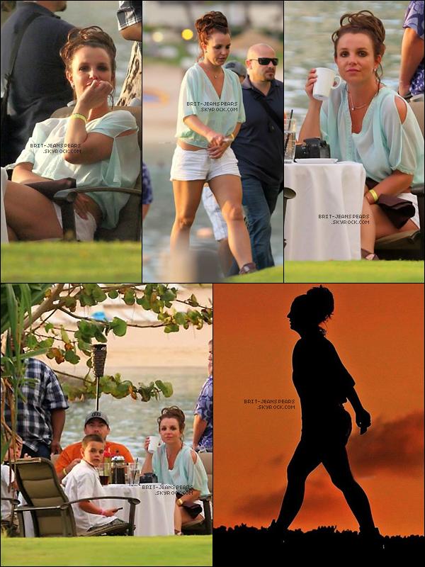 . Britney a été repérée profitant du soleil à la piscine de son hôtel à Hawaï, le 27 mars. .