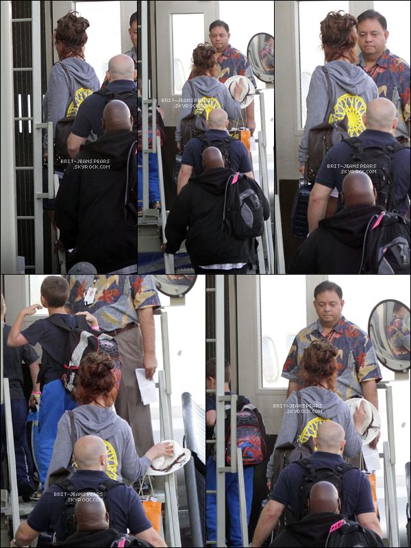 . Britney, ses fils et David ont été vus à l'aéroport de Hawaï rentrant chez eux, le 28 mars. .