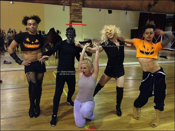 . Britney a profité de la fête d'Halloween pour se déguiser en Blanche-Neige. .