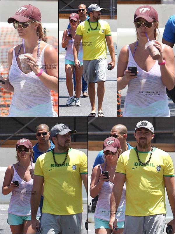 """. Britney et David achetaient une boisson chez """"Coffee Bean"""" à Calabasas, le 06 juillet. ."""