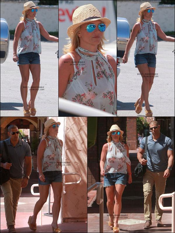 """. Britney faisait du shopping chez """"Urban Home"""" et """"Vons"""" à Westlake Village, le 10 juillet. ."""