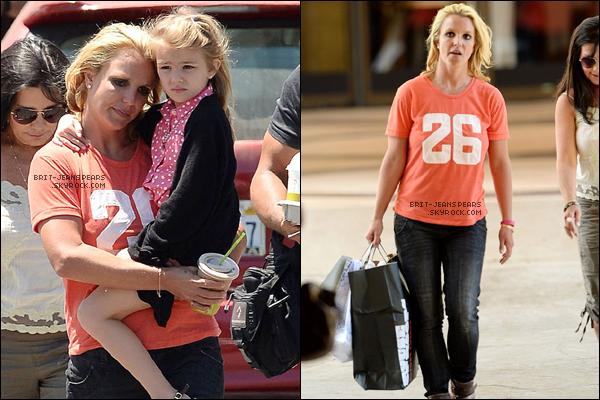 . Brit', Lynne et Maddie ont été vues faisant du shopping à Thousand Oaks, le 16 juillet. .