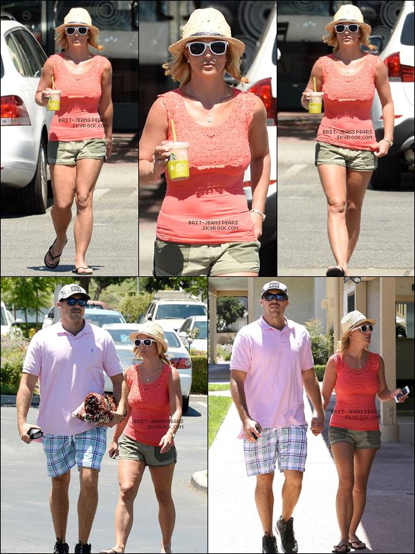 """. Brit' allait chez """"Starbucks"""" avant de se promener avec David à Westlake, le 22 juillet. ."""