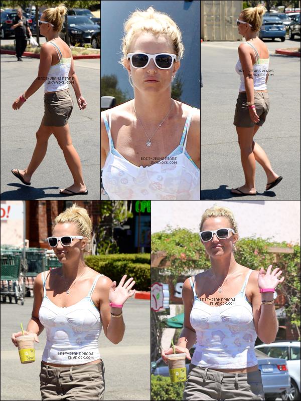 """. Britney se rendait chez """"Starbucks"""" et chez son dermatologue à Westlake, le 24 juillet. ."""