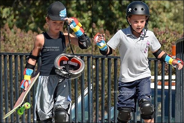 """. Brit' et ses fils ont été vus au """"Newbury Skateboard Park"""" à Ventura County, le 01 août. ."""