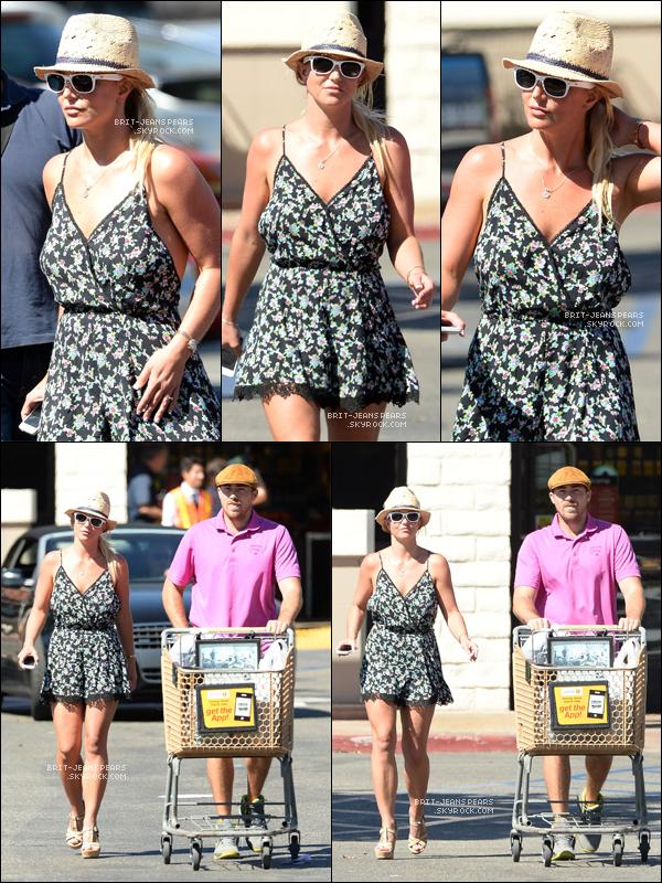 """. Britney et David faisaient du shopping chez """"Vons"""" à Thousand Oaks, le 05 août. ."""