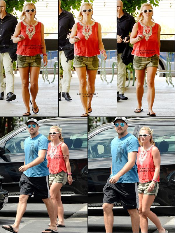 """. Britney et David allaient déjeuner chez """"Pedalers Fork"""" à Calabasas, le 12 août. ."""