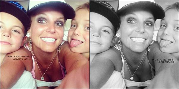 """. Nouveau tweet de Britney, accompagné d'une belle photo avec ses fils : """"Salut !"""" ."""