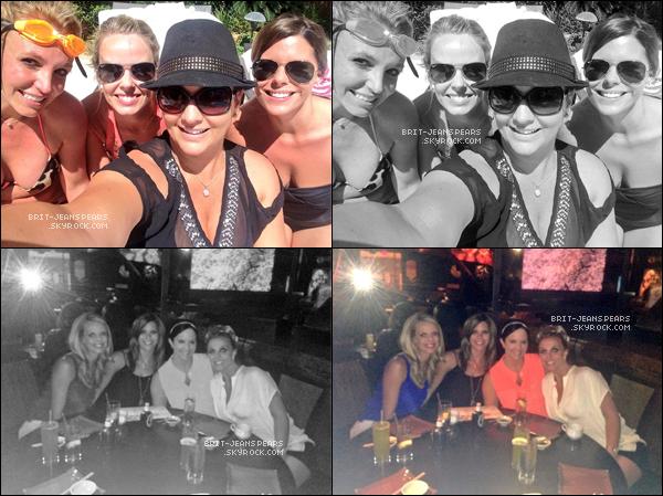 """. Nouveau tweet de Brit', accompagné de deux photos : """"J'ai passé du bon temps avec mes meilleures amies Laura Lynne, Jansen & Cortney! Un week-end entre filles à Vegas!"""" ."""