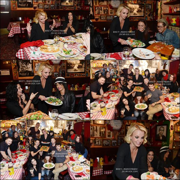 """. Brit' et ses danseurs dinaient au restaurant """"Buca Di Beppo"""" à Las Vegas, le 23 octobre. ."""