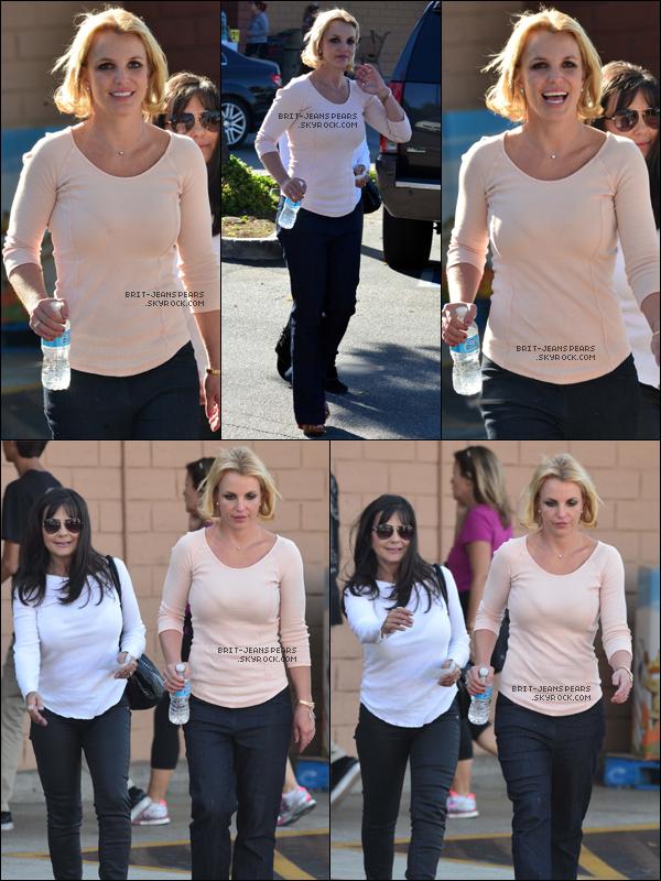 """. Britney et Lynne se rendaient à la pharmacie """"CVS"""" à Thousand Oaks, le 27 octobre. ."""