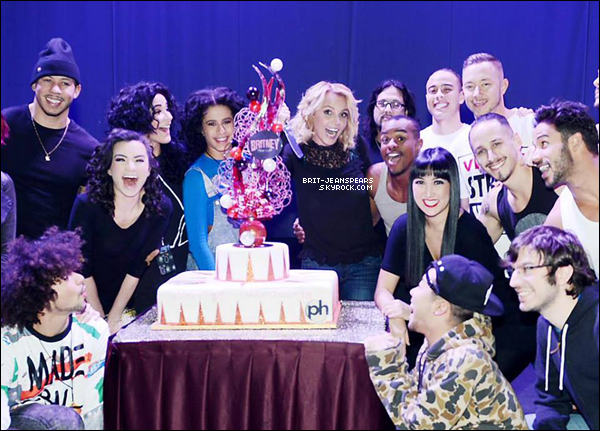 """. Nouveau tweet de Britney : """"Célébration avec ma famille du show #PieceOfMe !"""" ."""