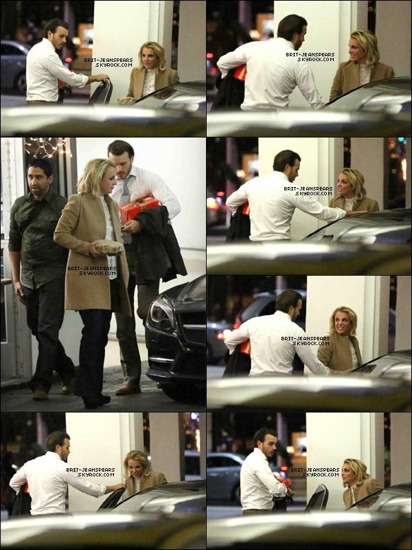 """. Britney et Charlie quittaient le restaurant """"El Baldi"""" à Los Angeles, le 06 janvier. ."""