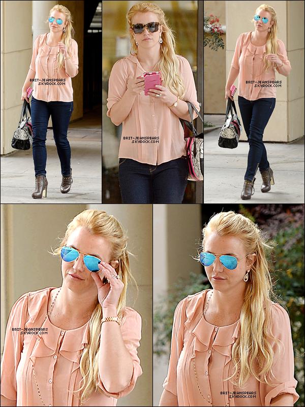 """. Britney a été repérée au """"Westfield Topanga Mall"""" à Canoga Park, le 22 janvier. ."""