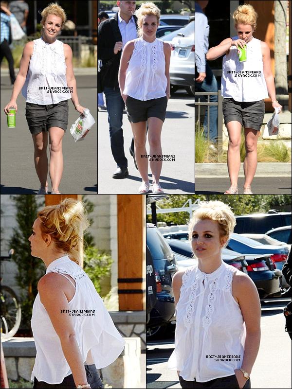 """. Britney a été vue achetant son déjeuner chez """"Togo's"""" à Malibu, le 09 février. ."""