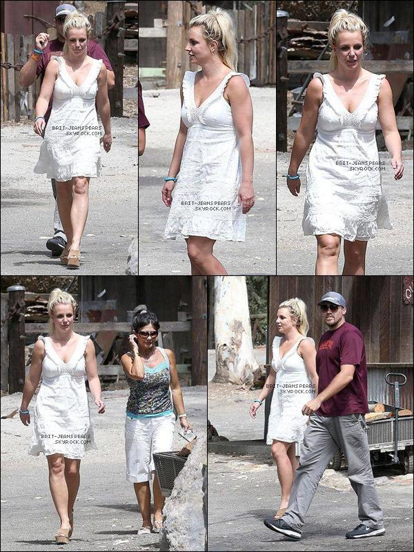 """. Britney, David et Lynne allaient déjeuner chez """"Old Place"""" à Calabasas, le 31 août. ."""