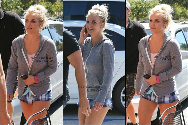 """. Britney arrivait à son cours de gym' après son déjeuner à """"Corner Bakery"""", le 24 août. ."""