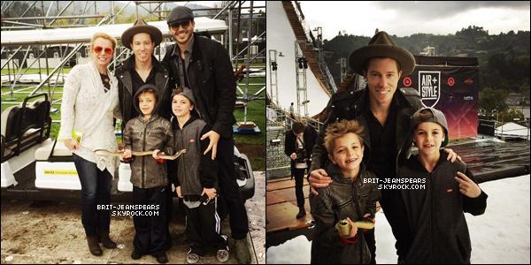 """. Nouveau tweet de Britney, accompagné de deux photos : """"Nous avons emmené les garçons à #AirStyleLA aujourd'hui pour s'amuser avec des snowboarders, des skieurs et... des serpents. Lol #SundayFunday ✌️ 🐍 @ShaunWhite"""" ."""
