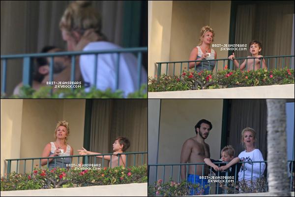 . Britney, ses fils et Charlie ont été vus profitant de la plage à Hawaii, le 25 mars. .
