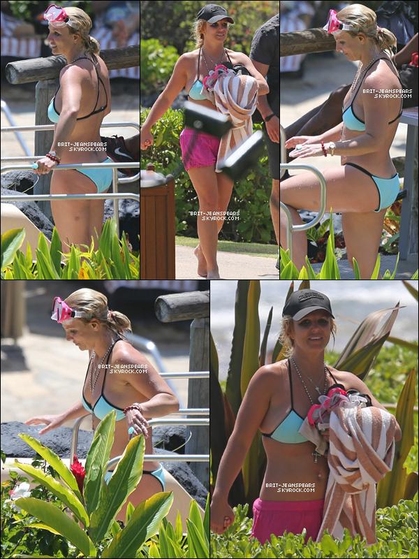 . Britney a été repérée profitant de la piscine de son hôtel à Hawaii, le 27 mars. .